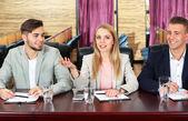 Obchodní lidé pracující v konferenční místnosti — Stock fotografie