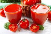 木製のテーブル、クローズ アップのフレッシュ トマト ジュースのガラス — ストック写真