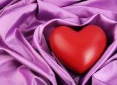 Cuore rosso su priorità bassa del tessuto — Foto Stock