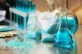 Modré metamfetamin a tekutiny v nádobách — Stock fotografie