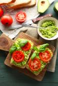Vegan sandwich with avocado and vegetables — Stock Photo