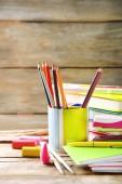 Papeterie scolaire lumineux sur la vieille table en bois — Photo