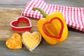 Salad pepper with cut in shape of heart and cheese — Stockfoto