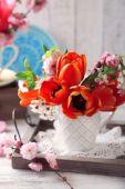 Buquê de primavera na caneca colorida — Fotografia Stock