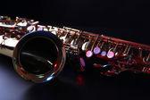 Saxofone dourado no fundo escuro — Fotografia Stock