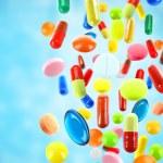 Падение красочные медицинской таблетки на синем фоне — Стоковое фото #76742011