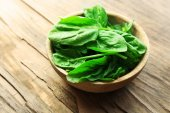 Bowl of fresh spinach leaves — Stock Photo