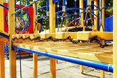 公共の公園でカラフルな遊び場 — ストック写真
