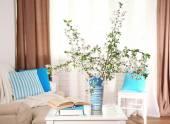 Весенний букет в вазе на столе, на фоне дома интерьер — Стоковое фото