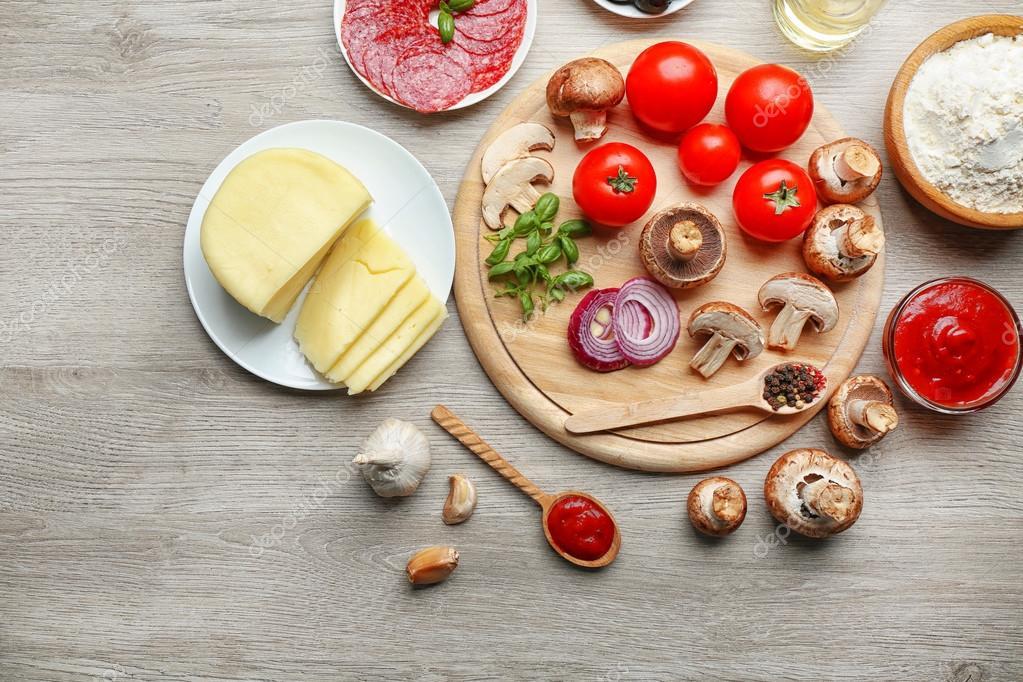 ingredienti per cucinare la pizza sulla tavola di legno, vista ... - Cucinare Pizza