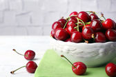 Sweet cherries in bowl on table close up — Stock Photo
