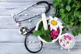 Альтернативная медицина травы и стетоскоп на фоне деревянный стол — Стоковое фото