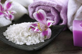 Natureza-morta com flores roxas, closeup Spa — Fotografia Stock