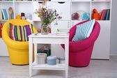 Wit woonkamer met fauteuils en boekenkast — Stockfoto