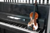 Violin on piano background — Stock Photo