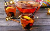 Sangria in bowl and glasses on wooden table close up — Stock Photo