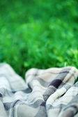 Pläd för picknick på grönt gräs — Stockfoto