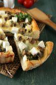 キノコ、ハーブ籐マット、木製のテーブルの背景に、サワー クリームとチーズのパイ — ストック写真