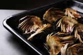 Roasted artichokes on pan, close-up — Stock Photo