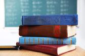 Pila di libri sulla scrivania — Foto Stock
