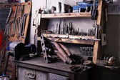 Diferentes herramientas en el lugar de trabajo en el garaje — Foto de Stock