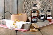 Sušené byliny a lahve s tinktury na stole zblízka — Stock fotografie