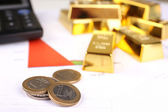 Barras de ouro com moedas no fundo de documentos — Fotografia Stock
