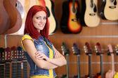 Mooie jonge vrouw in itunes store — Stockfoto