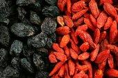Goji berries and raisins close up — Stock Photo