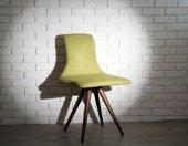 レンガの壁のモダンな椅子 — ストック写真