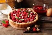 Торт с свежей малины, на деревянных фоне — Стоковое фото