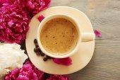 Tasse de café et pivoine fleurs — Photo