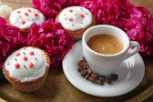 Cup of coffee, muffins and peony flowers — Stock Photo