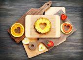 フルーツ スライスのハートの形にカットし、テーブルの上の果実をクローズ アップ — ストック写真