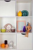 Schappen met verschillende huis objecten — Stockfoto