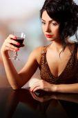 Hübsche junge Brunet mit Weinglas auf hellen Hintergrund jedoch unscharf — Stockfoto