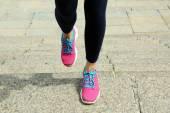 Mujer joven para correr en las escaleras al aire libre — Foto de Stock