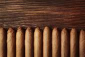 Cigarrer på träbord, ovanifrån — Stockfoto
