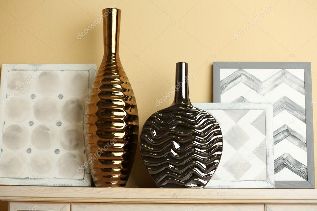 jarrones modernos con una decoracin en la chimenea u fotos de stock