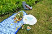 Bella composizione con il mazzo di fiori selvatici e gomma stivali all'aperto prato — Foto Stock