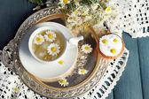 Chamomile tea with chamomile flowers — Stock Photo