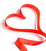 Kırmızı kurdele beyaz izole kalp şeklinde — Stok fotoğraf