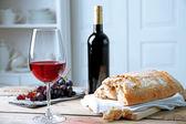 Nature morte du vin et du pain sur fond clair — Photo