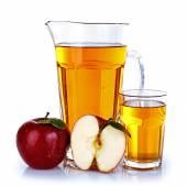Cruche pleine et verre de jus de pomme avec fruit isolé sur blanc — Photo