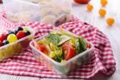 Délicieux déjeuner en plastique, récipients sur la table en bois se bouchent — Photo