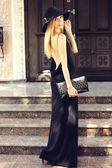 Belle jeune fille se présentant sur la rue de la ville — Photo