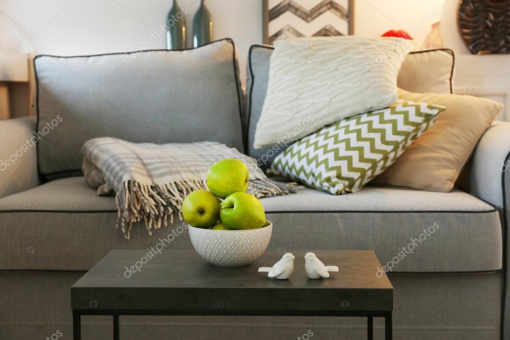 Mooie moderne woonkamer met grijze bank en vloerlamp — Stockfoto ...