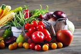 Tas de fruits et légumes sur le fond en bois — Photo
