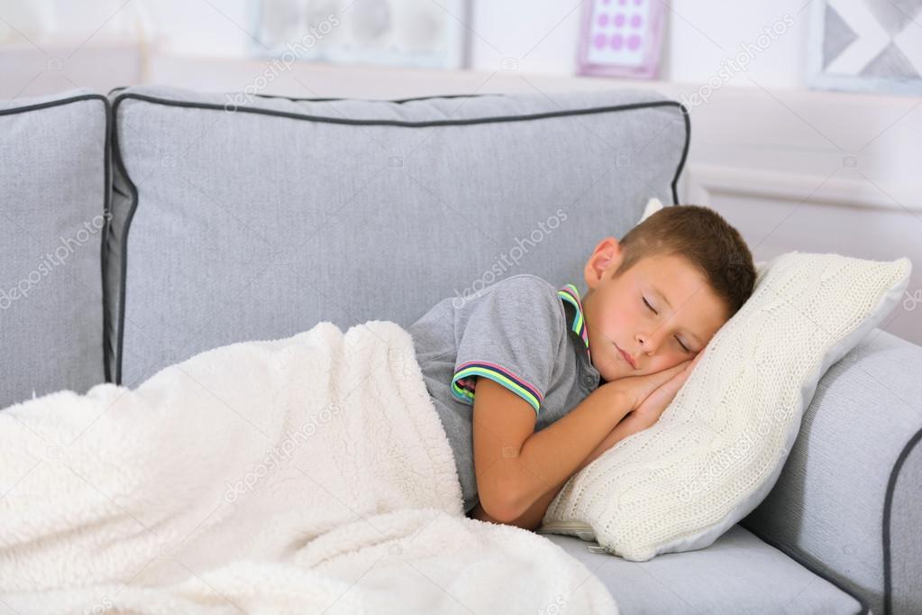 Kleine Junge auf Sofa im Zimmer schlafen — Stockfoto © belchonock ...