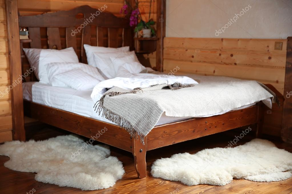 Camera da letto in legno lodge — foto stock © belchonock ...